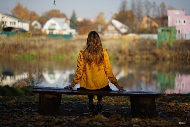 Chica de espalda en lago