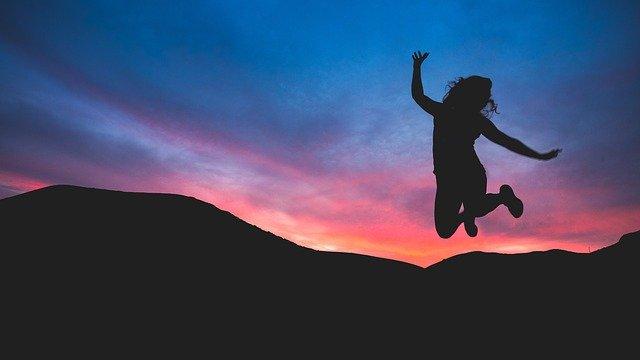Felicidad mujer saltando
