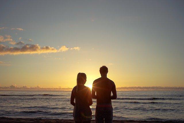 Pareja playa puesta de sol